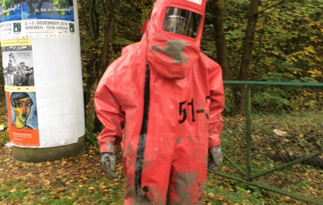 Feuerwehrmann im Chemikalienschutzanzug